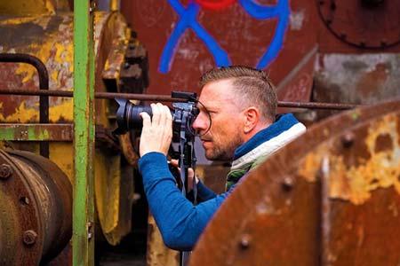 Belajar Teknik Fotografi Menggunakan DSLR Megang Kamera